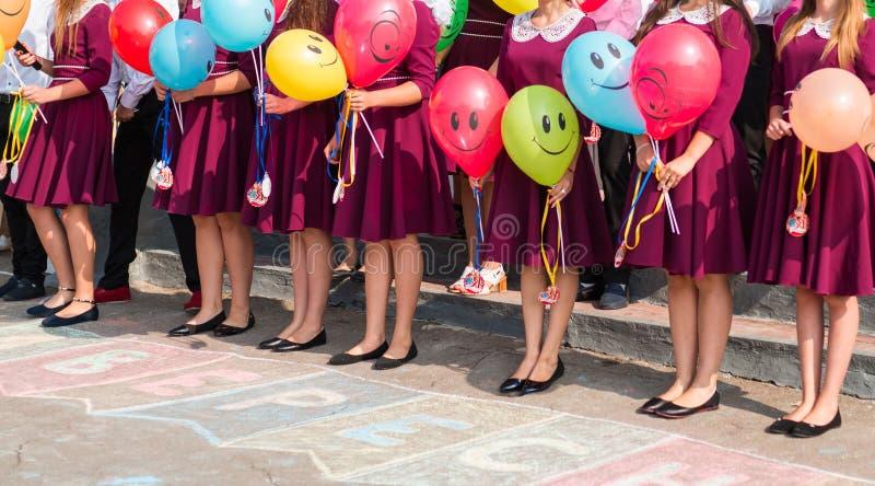 Halten e-hoh Absolvent des Lebensstilkonzeptes Schulballone in ihren Händen stockfotos