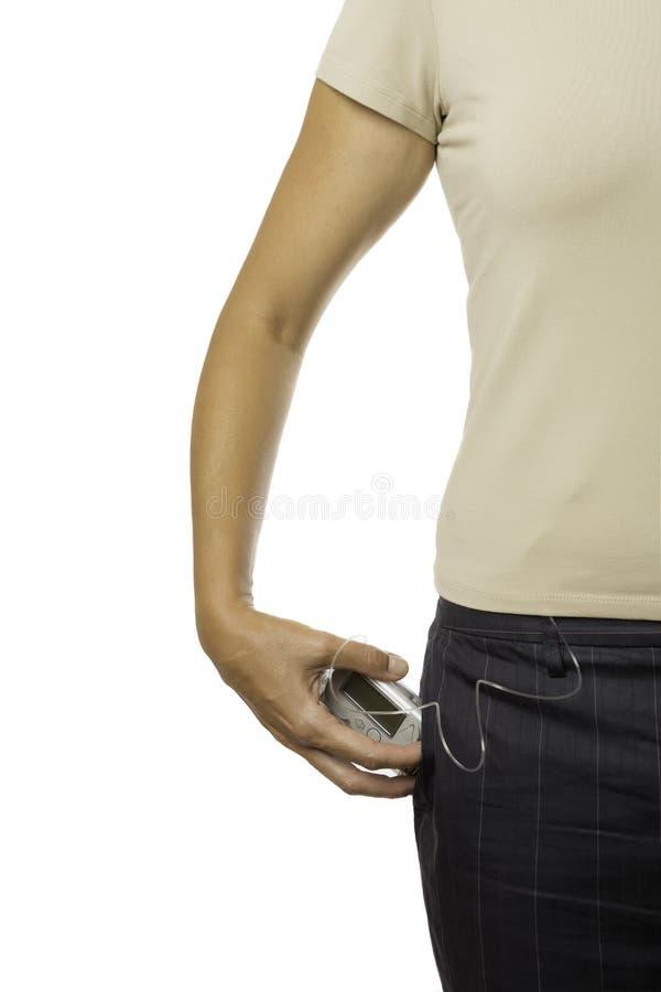 Halten einer Insulinpumpe in einer Tasche lizenzfreie stockfotografie