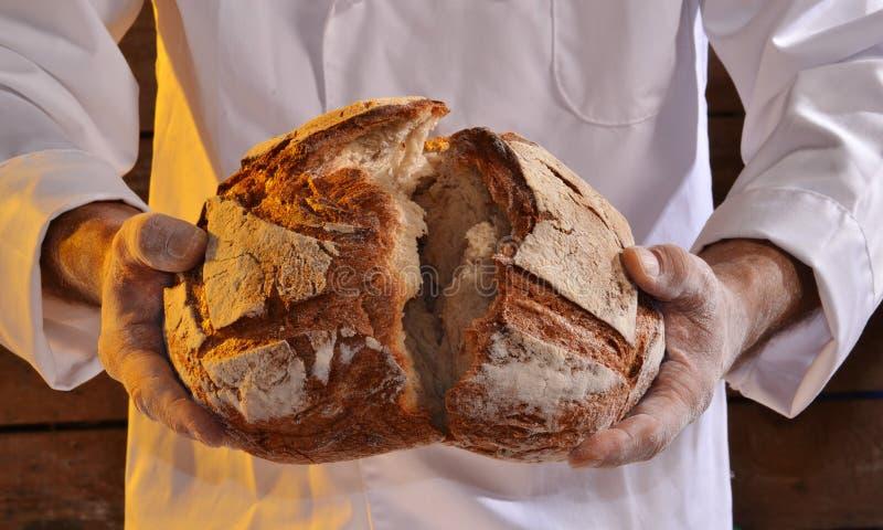 Halten eines Brotes lizenzfreie stockfotografie