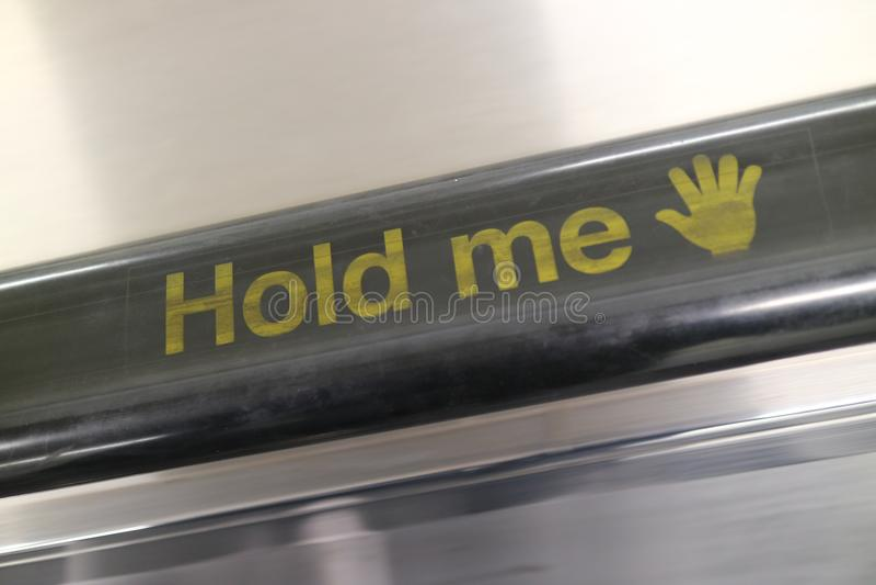 ` Halten mich ` Rolltreppen-Handlauf stockfotos