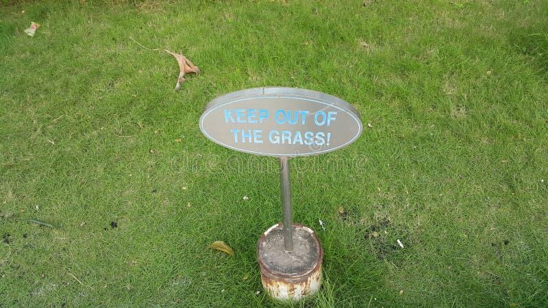 Halten Sie aus dem Grasbrett heraus lizenzfreie stockfotos