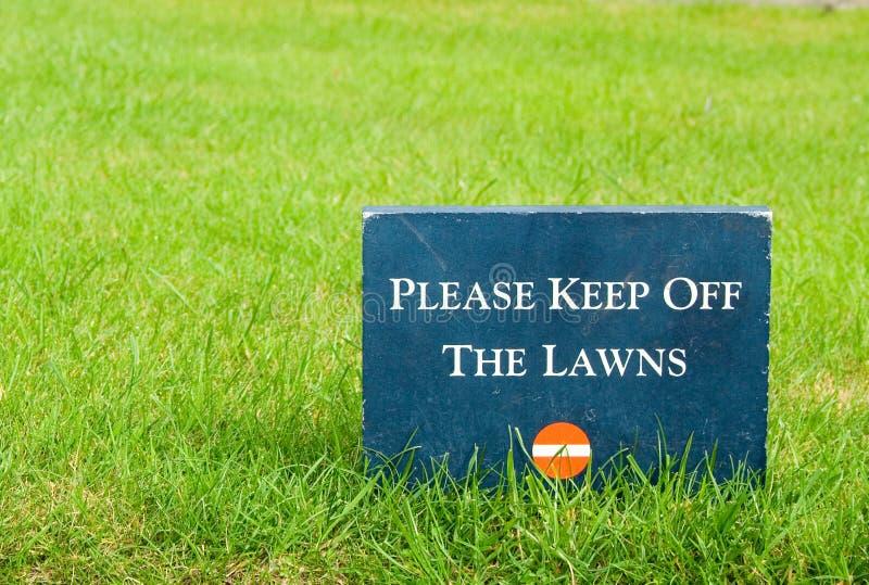 Halten Sie bitte weg vom Rasen ? Stein, den Park innen zu kennzeichnen lizenzfreies stockbild