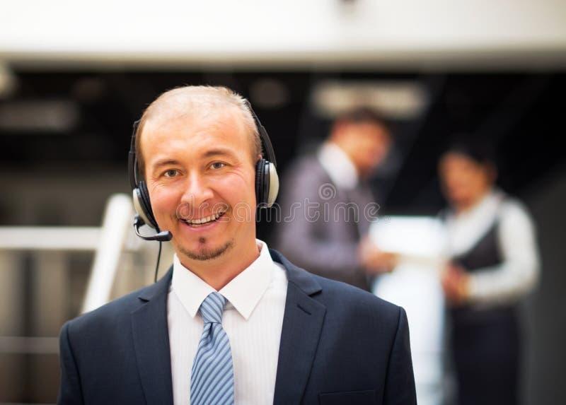 halten Sie den Betreiber instand, der auf Kopfhörer spricht stockfotografie
