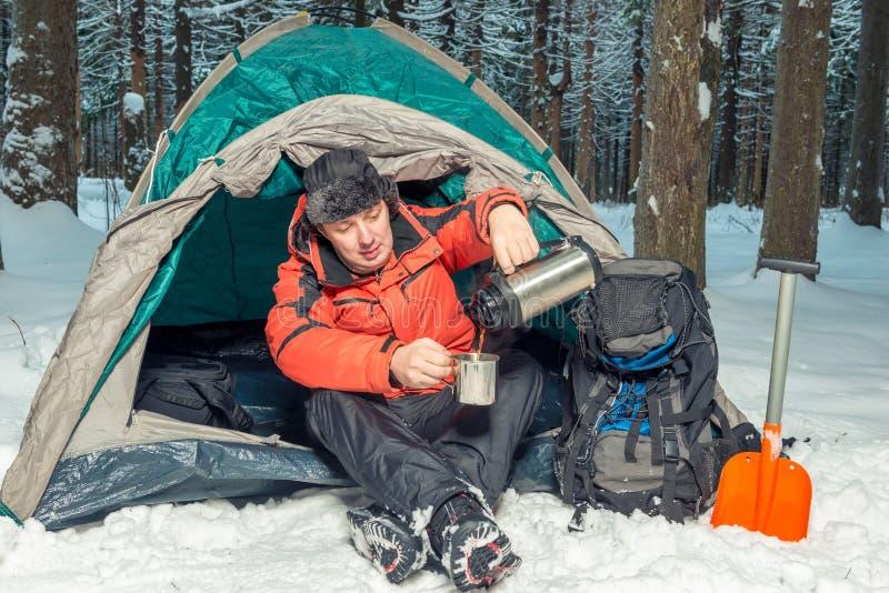 Halten Sie in einer Wanderung im Winterwald an lizenzfreie stockfotografie