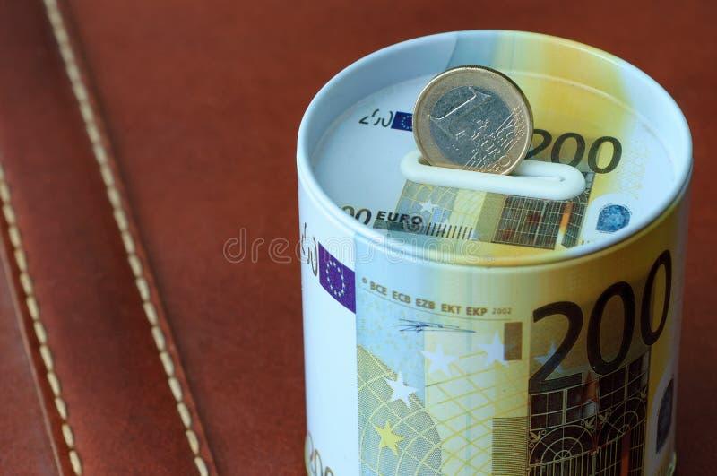 Halten Sie Euromünzeneinsparungs-Geldkasten Für Geschäft und Finanzierungconcep stockbilder