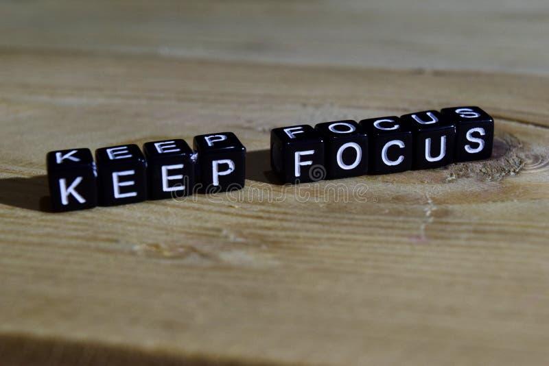Halten Sie Fokus auf Holzklötzen Motivations- und Inspirationskonzept lizenzfreies stockbild