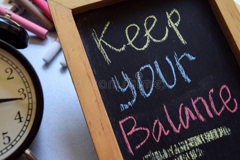 Halten Sie Ihre Balance auf buntem handgeschriebenem der Phrase auf Tafel lizenzfreies stockfoto