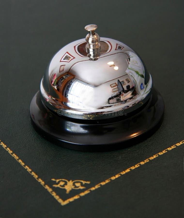 Halten Sie Schreibtisch der Glocke bei Empfang instand lizenzfreies stockbild