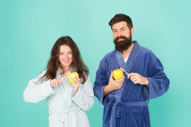 Halten Sie Z?hne gesund Gesunde Gewohnheiten B?rstenz?hne jeden Morgen Mundhygiene Verbinden Sie Bademäntel, Zahnbürsten zu halte lizenzfreie stockfotografie