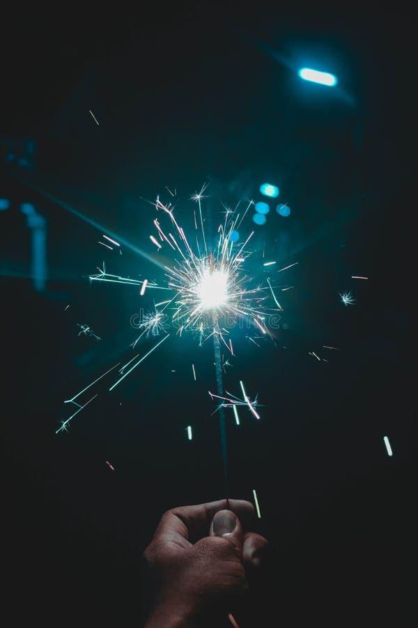 Halten und Spielen mit Feuerwunderkerzen stockbilder