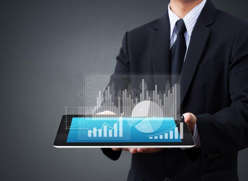 Halten von Touch Screen Tablette mit einem Diagramm stockbilder