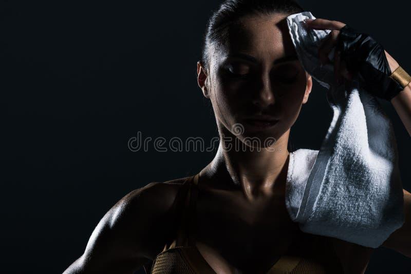 halterofilista cansado suado com a toalha após a formação fotos de stock royalty free