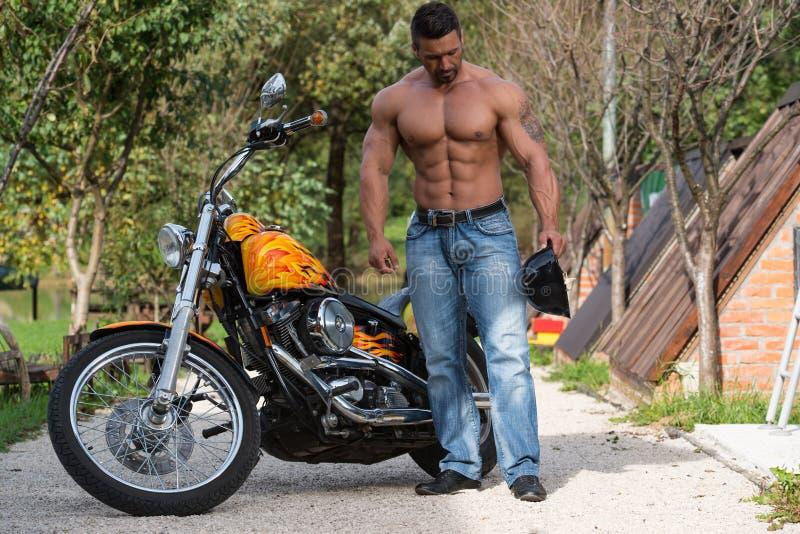 Halterofilista e motocicleta atrativos foto de stock royalty free