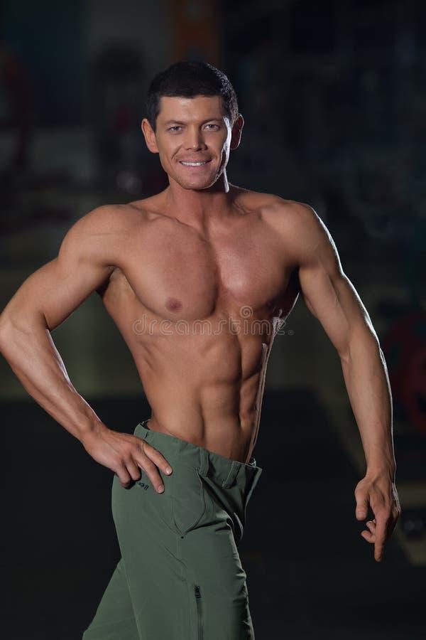 Halterofilista forte com corpo bronzeado muscular imagens de stock royalty free