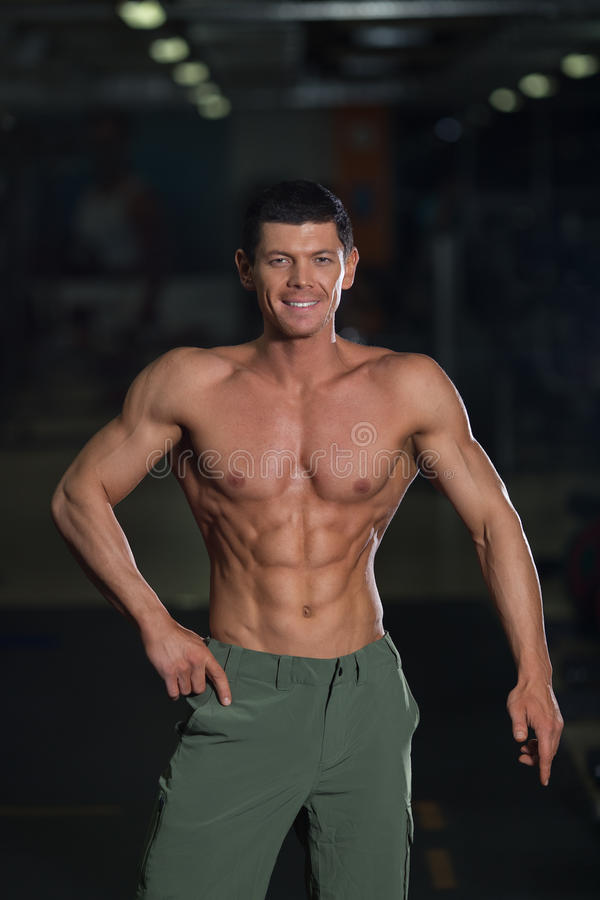 Halterofilista forte com corpo bronzeado muscular foto de stock