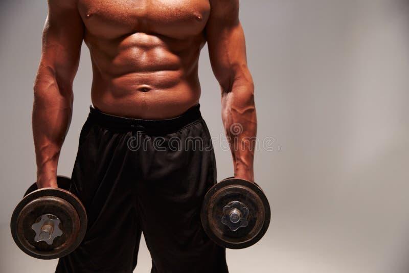 Halterofilista masculino que dá certo com pesos pesados, com espaço da cópia fotos de stock