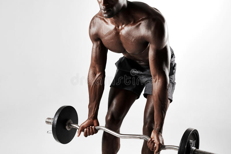 Halterofilista masculino que exercita com um barbell imagens de stock royalty free