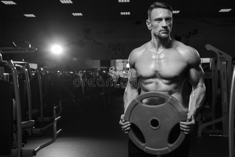 Halterofilista masculino que levanta no gym com peso fotografia de stock