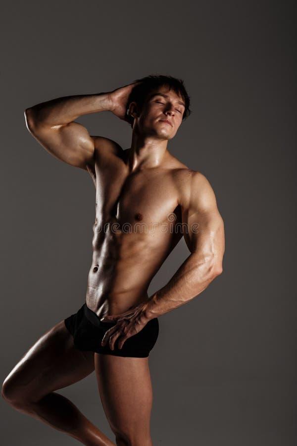 Halterofilista modelo masculino muscular antes de treinar Estúdio disparado sobre imagem de stock