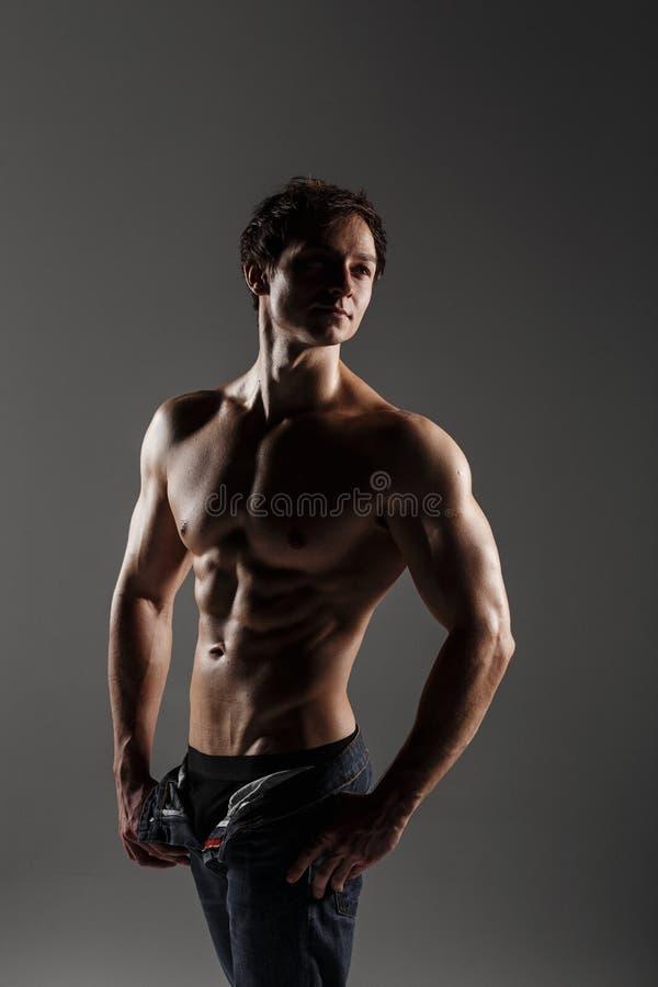 Halterofilista modelo masculino muscular antes de treinar Estúdio disparado sobre foto de stock royalty free