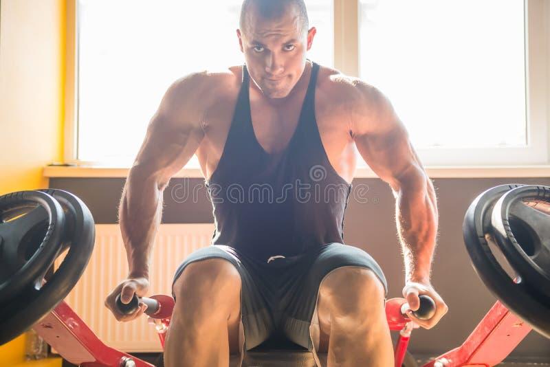 Halterofilista no gym fotografia de stock