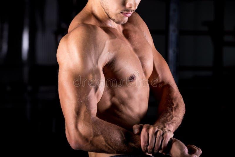 Halterofilista novo com braços musculares fotografia de stock