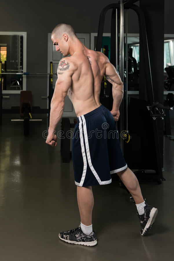 Halterofilista novo que dobra o tríceps dos músculos imagens de stock royalty free