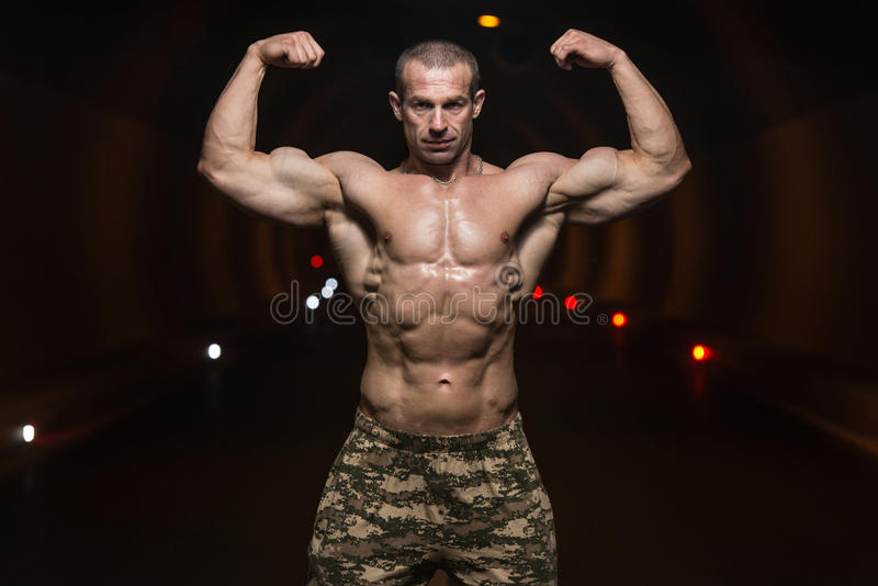 Halterofilista que executa o túnel de Front Double Biceps Poses In imagem de stock royalty free