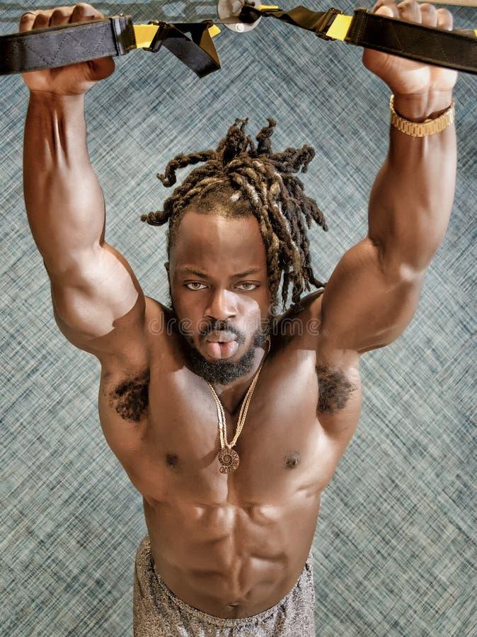 Halterofilista que exercita no gym imagens de stock