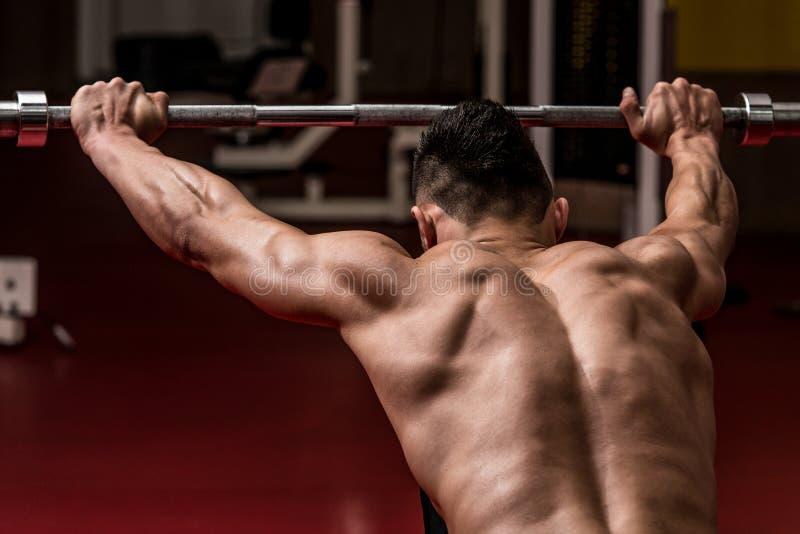 Halterofilista que faz o exercício pesado para ombros fotos de stock