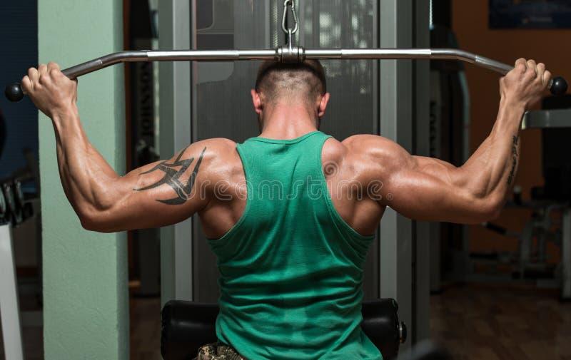 Halterofilista que faz o exercício pesado para a parte traseira foto de stock