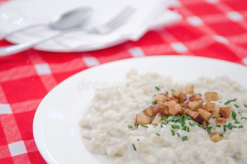 Halusky με bryndza το τυρί και το μπέϊκον προβάτων, που είναι μπουλέττα ζύμης πατατών, παρόμοιο gnocchi (σλοβάκικη κουζίνα) στοκ εικόνες