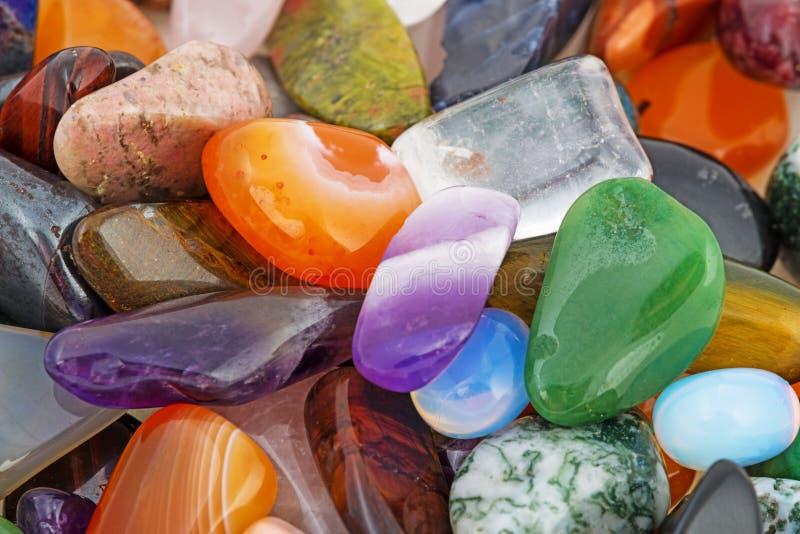 Halvädla naturliga stenar arkivfoto