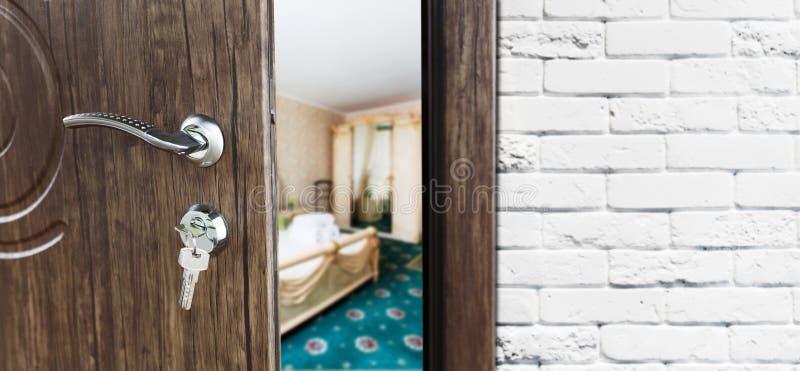 Halvöppen dörr av en klassisk sovrumcloseup arkivbild