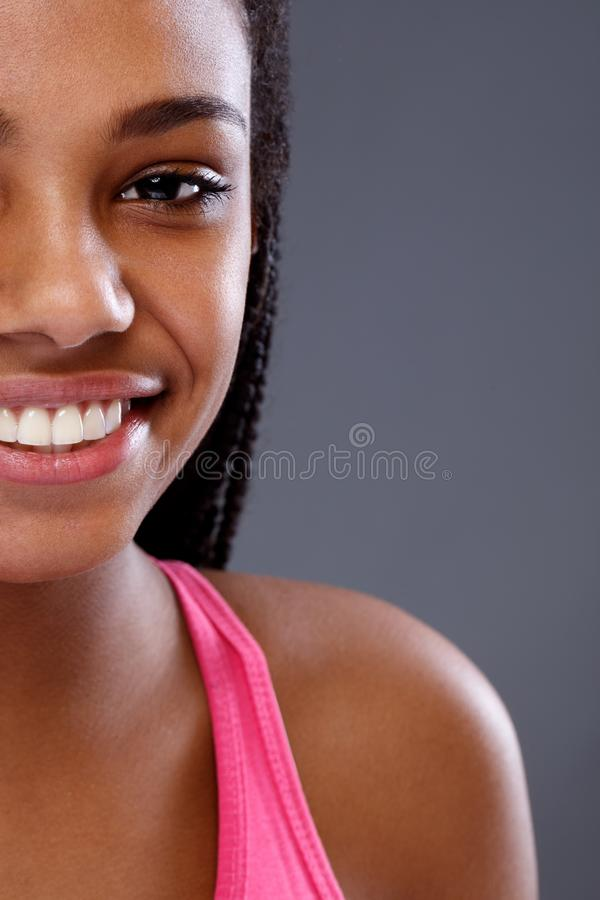 Halv framsida av den unga afrikanska le flickan, slut upp arkivfoto