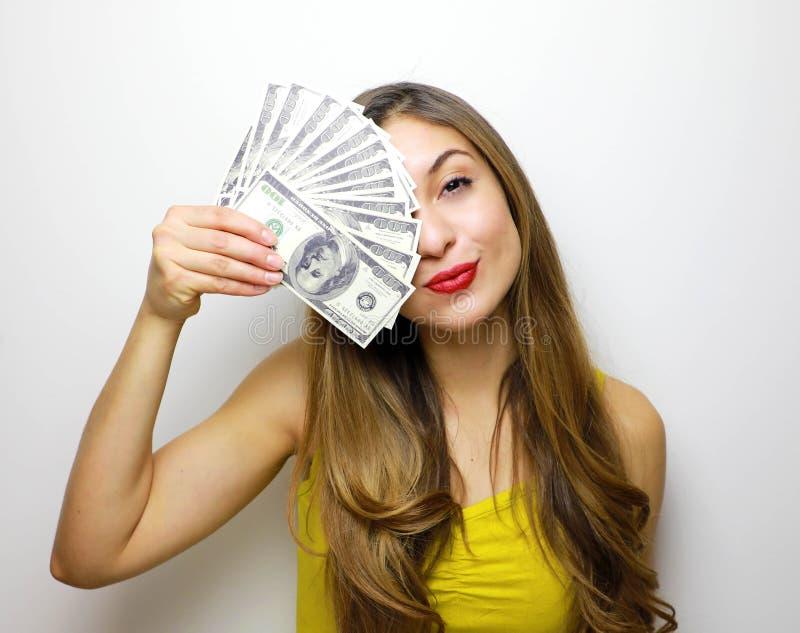 Halv framsida av en härlig ung kvinna- och pengarräkning hennes framsida som isoleras på vit bakgrund royaltyfri foto