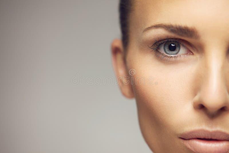 Halv framsidacloseup för ung kvinna royaltyfri fotografi
