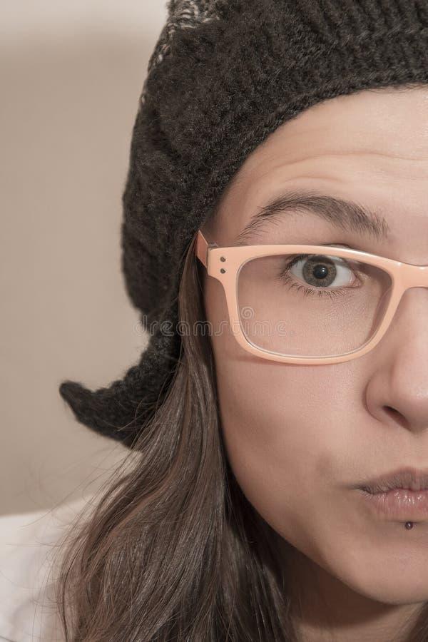 Halv framsidastående för Closeup av den roliga flickan  arkivfoton
