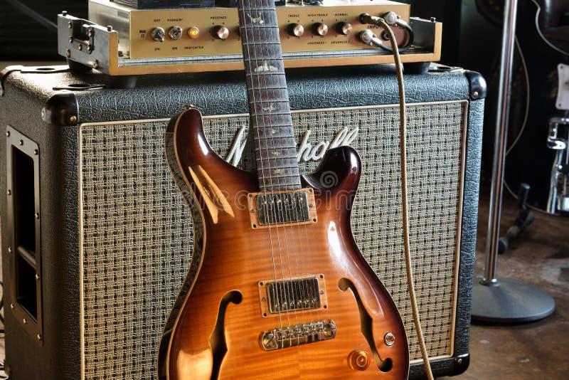 Halv Hollowbody för tappning elektrisk gitarr med fotoet för rörampere-materiel royaltyfri bild