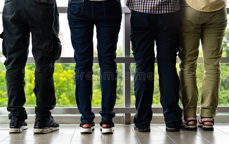 Halv kroppgrupp människor för bakre sikt som ser utvändig byggnad Tillbaka samling för siktslagfolk royaltyfri fotografi