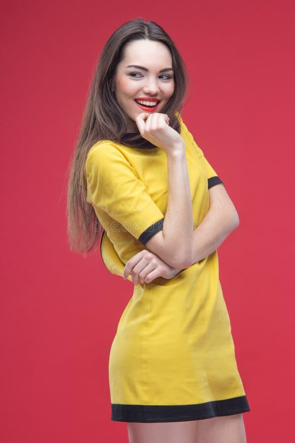 Halv längd för kvinna på röd bakgrund arkivbilder