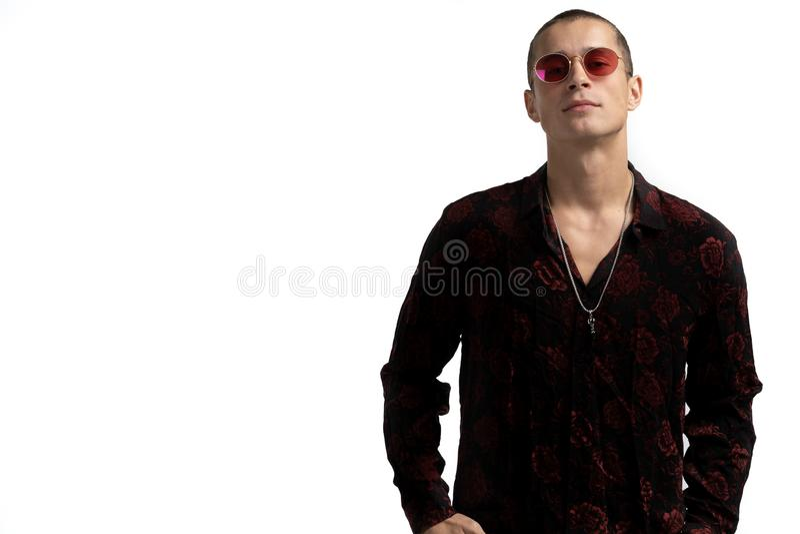 Halv l?ngdst?ende av den unga s?kra och lyckade manliga enterpreneuren i svart skjorta och r?d solglas?gon, med kortslutning royaltyfri fotografi