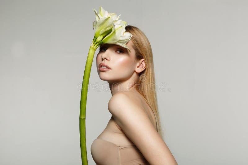 Halv längdstående av en härlig ung, ny sund kvinna med perfekt hud royaltyfria bilder