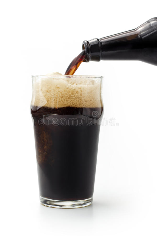 Halv liter av mörkt öl royaltyfri bild