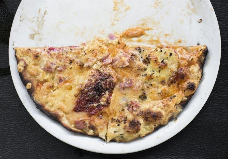 Halv pizza i en platta fotografering för bildbyråer