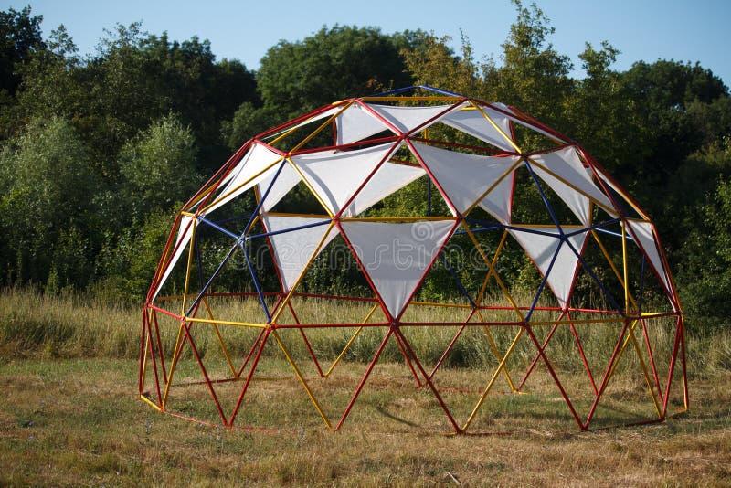 Halv-sfärisk design med tygmarkiser för att koppla av i en äng nära skogen fotografering för bildbyråer