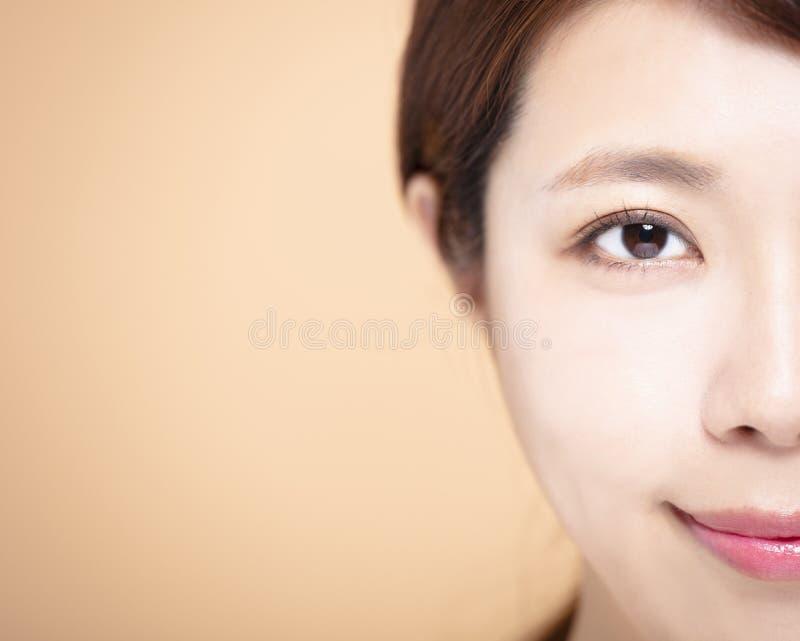 halv skönhetframsida av den unga kvinnan royaltyfria bilder