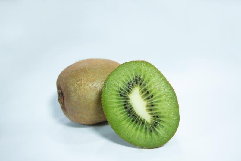 Halv snittkiwi, organiska nya frukter tropisk sur anstrykning royaltyfri fotografi