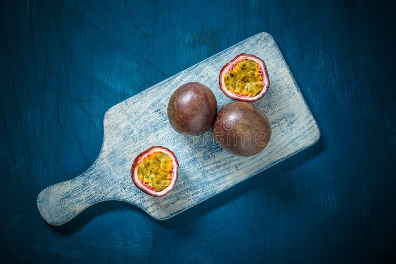 Halv snittpassionfrukt royaltyfria foton
