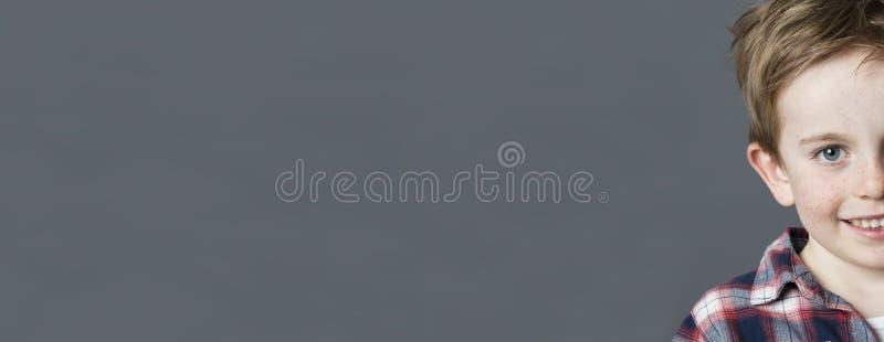 Halv stående av den förtjusande barnframsidan med fräknar, lång panorama royaltyfria foton
